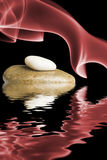 Zensteine reflektierten sich im Wasser Stockfotografie