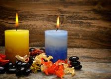 Zensteine und aromatische Kerzen trocknen Blumen Stockbild