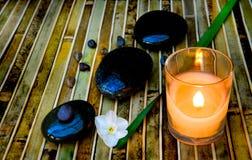 Zensteine und beleuchtete Kerze Stockbild