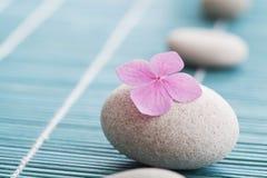 Zensteine und rosa Blumen Stockfotos