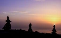 Zensteine und -sonnenaufgang am Gipfel Lizenzfreies Stockfoto