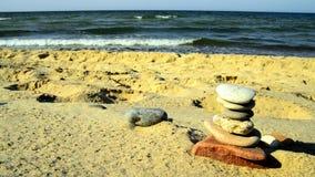 Zensteinpyramide an einem Strand mit Brandung stock video