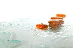 Zenstenar med fallande vattendroppar Fotografering för Bildbyråer