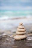 Zenstenen, achtergrond de oceaan voor de perfecte meditatie Stock Foto