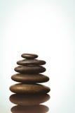 Zenstenen die op witte achtergrond in evenwicht brengen Stock Fotografie