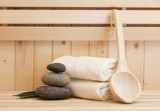 Zenstenen en kuuroord accessores in sauna Stock Foto's