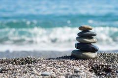 Zenstenen op overzeese kust, symbool van boeddhisme stock foto