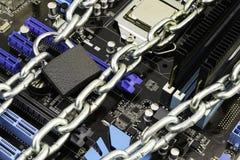 Zensur, Beschränkungen und Beschränkungen auf einem Internet Konzept, Motherboard in den Ketten unter Verschluss stockfotografie