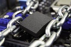 Zensur, Beschränkungen und Beschränkungen auf einem Internet Konzept, Motherboard in den Ketten unter Verschluss stockfoto