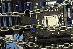 Zensur, Beschränkungen und Beschränkungen auf einem Internet Konzept, Motherboard in den Ketten unter Verschluss stockbild