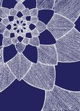 Zentangle摘要花 bird eye s speedwell 象查找的画笔活性炭被画的现有量例证以图例解释者做柔和的淡色彩对传统 贺卡的装饰品 在蓝色背景的空白线路 库存照片