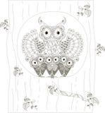 Zentangle, familia blanco y negro estilizada de los búhos que se sienta en el hueco del tronco de árbol, mano dibujada, vector Imagen de archivo