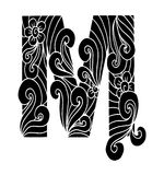 Zentangle stilisierte Alphabet Buchstabe M in der Gekritzelart Stockfoto