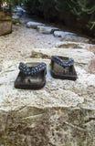 Zenträdgård med japanska häftklammermatare royaltyfri fotografi