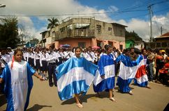 Zentralamerikanische Markierungsfahnen in der Parade Lizenzfreies Stockfoto