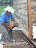 Zentralamerikanischer Auftragnehmer, der ein Haus baut Stockbild