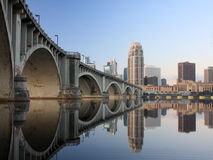 Zentrale Alleen-Brücke in Minneapolis an der Dämmerung Stockfotos