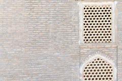 Zentrale asiatische alte historische Gebäude ` s Wand Alte nahöstliche Backsteinmauer mit zwei Fenstern Stockfoto