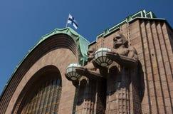 Zentrale Bahnhofsstatuen und -flagge Helsinkis stockfoto