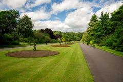 Zentrale Gasse mit Blumenbeeten in Seaton Park, Aberdeen stockfotos