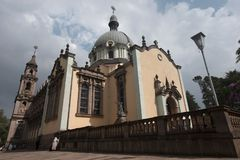 Zentrale katholische Kirche Addis Ababa: hohes rosa Gebäude mit einem Green Dome und Metalllaternen um den Umkreis, Äthiopien Stockfotos