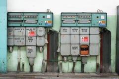 Zentrale Kontrollen des Stroms in einer alten Fabrik Stockbilder