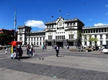 Zentrale Piazza und der nationale Kultur-Palast in im Stadtzentrum gelegener Guatemala-Stadt lizenzfreie stockfotos