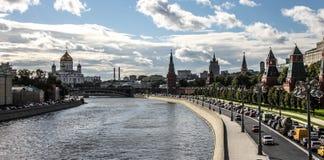 Zentrale Straße des Flussufers, Moskau Lizenzfreie Stockfotografie