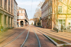 Zentrale Straße Mulhouse mit Straßenbahnlinien Stockfotografie