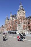 Zentraler Bahnhof Amsterdams und Überschreiten vieler Leute stockbilder