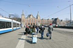 Zentraler Bahnhof und Reisende Amsterdams mit Gepäck lizenzfreies stockfoto