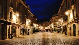 Zentraler Boulevard nachts in Blois, Frankreich Stockfoto
