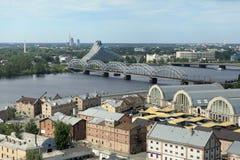 Zentraler Markt Rigas und Nationalbibliothek von Lettland lizenzfreies stockbild