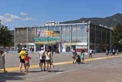 Zentraler Platz und das Einkaufszentrum Gelendzhik in der Urlaubsstadt von Gelendzhik, Krasnodar-Region, Russland Stockbild