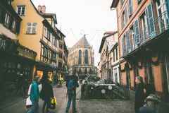 Zentraler Platz von Colmar, Elsass während des Weihnachtsmarktes Lizenzfreie Stockfotos