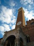 Zentraler Turm im Marktplatz Del Campo - Siena, Italien Lizenzfreies Stockfoto