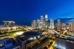 Zentrales Geschäftsgebiet-Stadtbild Singapurs an der blauen Stunde stockfotos