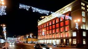Zentrales Kaufhaus TSUM mit Feiertagsbeleuchtung in Kiew, Ukraine , stock video