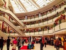 Zentrales Mall Vashi, Navi Mumbai, Maharshtra, Indien, am 7. November 2018: Mallseitenansicht mit Los Leuten ganz herum stockfoto