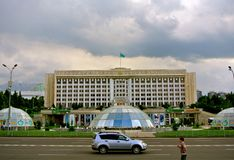 Zentrales Teil von Almaty-Stadt, Ansicht über Regierungsgebäude lizenzfreies stockfoto
