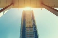Zentriertes modernes Wolkenkratzerwohngebäude am sonnigen Tag in Dubai lizenzfreies stockfoto