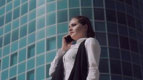 Zenuwachtige jonge bedrijfsvrouw die een telefoongesprek proberen te maken stock videobeelden