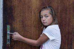 Zenuwachtige kind komst naar huis bang van familieverhouding Royalty-vrije Stock Foto's