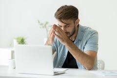 Zenuwachtige mens die over probleem denken die zich op het werk proberen te concentreren stock foto's