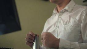 Zenuwachtige mens in witte overhemd het drinken alcohol, die bij computer in huisbureau werken, spanning stock videobeelden