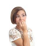 Zenuwachtige ongerust gemaakte vrouw het bijten spijkers stock fotografie