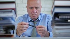 Zenuwachtige Zakenman Image Playing With Pen And Thinking Pensive stock videobeelden