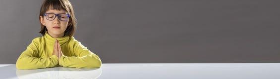 Zenyogakind mit den entspannenden Brillen, lange Fahne, Kopienraum stockbilder