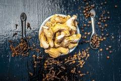Zenzero asciutto con i chiodi di garofano, il sale ed i granelli di pepe neri Fotografie Stock