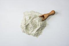 Zeolite ακατέργαστα σκόνη και κουτάλι στο άσπρο υπόβαθρο Στοκ Εικόνες